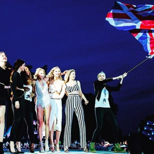 taylor-swift-brings-kendall-jenner-on-stage-at-concert-1
