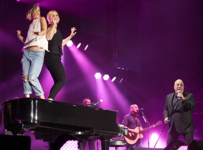 rs_1024x759-150828075738-1024.Jennifer-Lawrence-Amy-Schumer-Billy-Joel-Concert-Dance-On-Piano-JR-82815