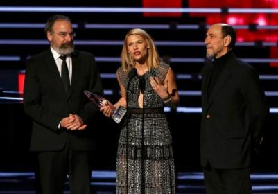 "Danes accepts the award for favorite premium cable TV show with ""Homeland"" co-stars Patinkin and Abraham at the People's Choice Awards 2016 in Los Angeles"